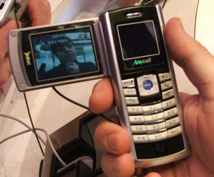 Samsung   CES   The SCH B100 satellite TV cellphone